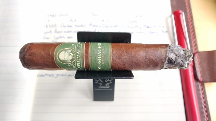 Team Cigar Review: Diplomático by Mombacho Robusto
